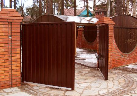 распашные ворота, отделанные профлистом