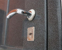 дверь с отделкой искусственным камнем